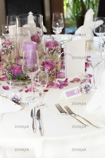Foto Moderne Tischdekoration Mit Blumenschmuck Und Kerzen Bild 3562005