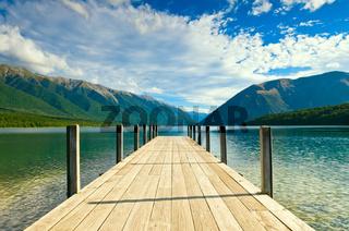 Bootssteg an einem schönen See während der Mittagszeit