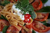 Tagliatelle mit Babyspinat und Tomaten