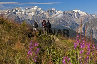 Wander auf einer alpinen Wanderung in der Umgebung von Verbier vor den schneebedeckten Gipfeln der Walliser Alpen