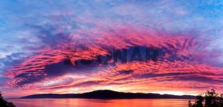 Erstaunlich feurig brennender Abendhimmel in schönen blau-roten Farben