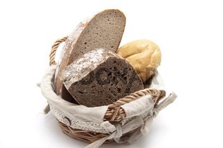 Brötchen und Brot im Korb