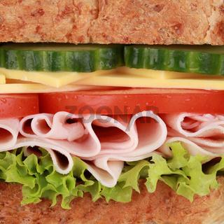 Nahaufnahme eines belegten Brotes mit Schinken