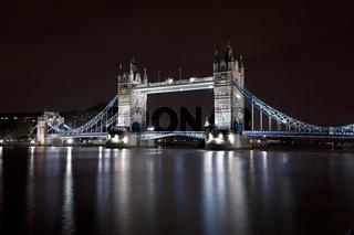 Tower Bridge at night/Tower Bridge bei Nacht