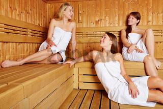 Frauen reden in Sauna miteinander