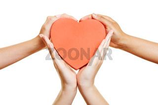 Hände halten rotes Herz