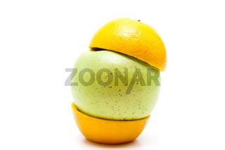 Grüner Apfel mit Orangenhälfte