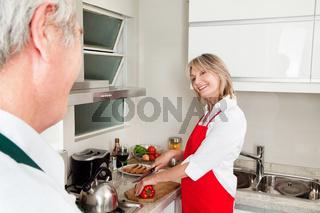Seniorin bereitet Mittagessen zu