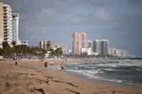 Apartmenthäuser am langen Sandstrand von Fort Lauderdale