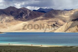 Berglandschaft am Pangong See in Ladakh, Indien