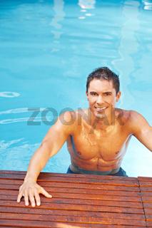 Attraktiver Mann im Wasser