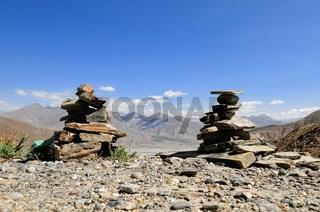Steintürme in Tibet