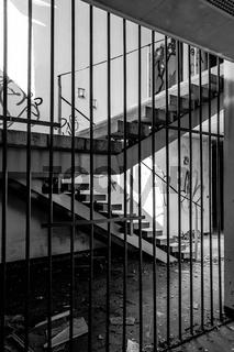 Hinter Gitter im Treppenhaus