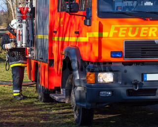 Feuerwehr Feuerwehrmann im Einsatz am Einsatzfahrz