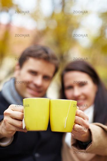 Tee trinken im Herbst