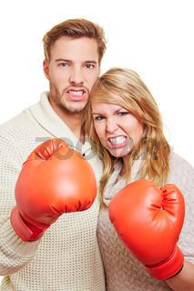 Aggressives Paar mit Boxhandschuhen