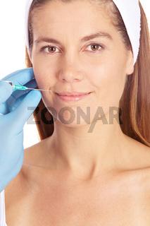 Frau bekommt eine Lippenkorrektur