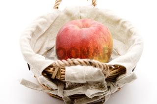 Roter Apfel im Korb