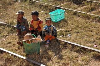 burmesische kinder sitzend auf zugschienen