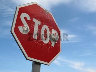 Stopschild mit Einschüssen