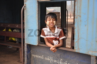 junge in einem burmesischen zug