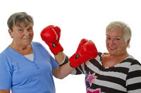 Seniorinnen mit Boxhandschuhe