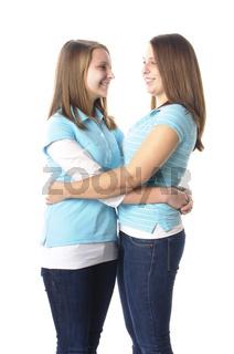 Schwestern umarmen sich