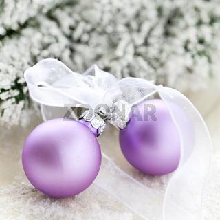 zwei Weihnachtskugeln