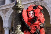 Rote Maske an der Laterne