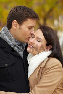 Kuss auf die Wange im Park