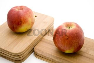 Roter Apfel auf Schneidebrett