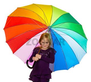 Kind mit einem bunten Regenschirm