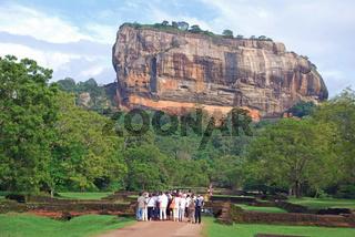Touristengruppe in Sigiriya, Löwenfelsen, UNESCO Weltkulturerbe, Sri Lanka, Ceylon, Asien