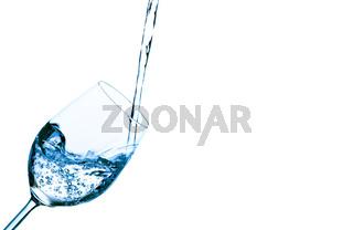 Wasser wird in ein Wasserglas eingefüllt