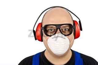 Bauarbeiter mit Gesichtsschutz Mundschutz und Gehörschutz
