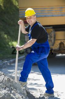 Bauarbeiter mit einer Schaufel in der Hand