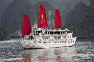 Ausflugs-Dschunke in der Halong-Bucht, Vietnam, Asien