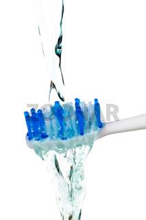 Wasser auf einer Zahnbürste