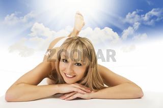 Blonde Frau entspannt in der Sonne.