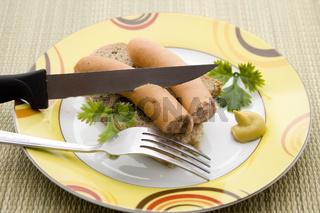 Frische Wienerwurst  mit Messer