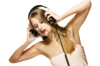 schöne frau hört mit kopfhörern musik