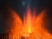 Vulkan Stromboli mit Vulkanausbruch bei Nacht