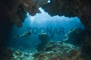 Taucher in Unterwasserhoehle, Fidschi