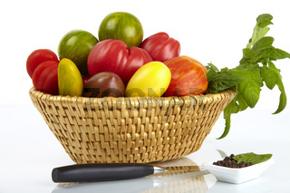 Korb mit frischen Bio Tomaten