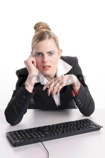 Junge Frau hat Frust am Computer