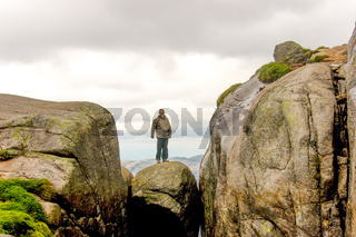 Man standing on top of kjeragbolten
