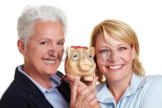 Zwei Frauen mit Sparschwein