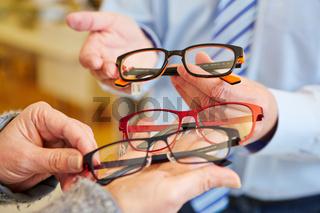 Optiker präsentiert Brillen zur Auswahl