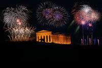 Feuerwerk um griechischen Tempel