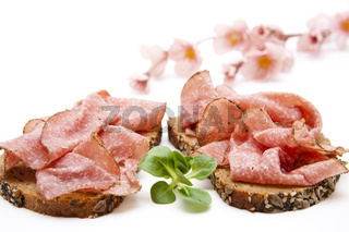 Salami auf Brot und Salatblatt